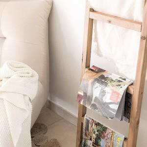 Nos encanta esta opción en la qe nuestra escalera se convierte en revistero. Una ideal genial para colocar en cualquier estancia del hogar como el dormitorio o el salón, y si además le añades una pequeña mantita como ha hecho @mathemilie2013, le dará una calidez muy bonita. ¿Qué os parece? ✨  Está hecha a mano en España con madera que seleccionamos previamente de bosques sostenibles.  Recuerda que estamos de rebajas con hasta -70% de descuento y que tienes envíos gratis en compras superiores a 200€. ¡Aprovecha la oportunidad!  #DecowoodHome #Escalera #Decoración #Salón #Madera #SomosFabricantes #Sostenible
